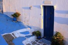 从胡同的门在芦粟海岛上的希腊房子 免版税库存照片