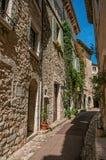 胡同看法有石房子的在圣徒保罗deVence的一个蓝色晴天 库存图片