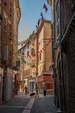 胡同看法有连栋房屋和步行者的在德拉吉尼昂 库存图片