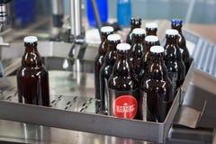 胡哈尔登,比利时- 2014年9月04日:瓶用比利时人在传动机的Nieuwhuys Rosdel啤酒在啤酒厂排行 免版税库存图片