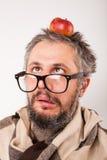 戴胡子和大书呆子眼镜的老脾气坏的人 免版税库存图片