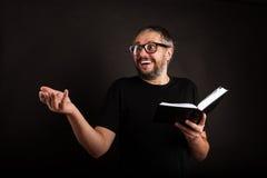 戴胡子和眼镜的激动的商人 免版税图库摄影