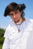胡子拉丁美州的人室外年轻人 免版税库存照片
