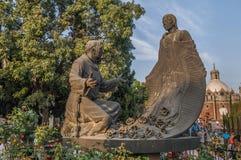 胡安地亚哥和磨损处胡安de Zumarraga雕塑  图库摄影