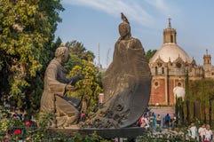 胡安地亚哥和磨损处胡安de Zumarraga雕塑  免版税库存照片