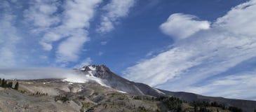 胡德山全景从树带界线小屋,俄勒冈的 免版税库存照片