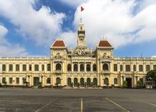 胡志明市有越南旗子的市政厅在上面。 免版税库存图片