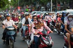 胡志明市,越南- 2015年4月19日:城市交通打鸣的场面在高峰时间,人人群头戴盔甲,运输  库存图片