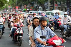 胡志明市,越南- 2015年4月19日:城市交通打鸣的场面在高峰时间,人人群头戴盔甲, 免版税库存图片