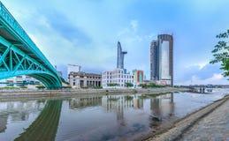 胡志明市财政塔从在Mong桥梁旁边观看了 免版税库存图片