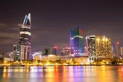 胡志明河沿美好的夜视图 库存图片
