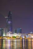 胡志明河沿视图与激光照明设备的colorul夜庆祝的新年2015年 库存照片