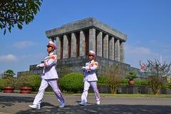 胡志明陵墓在有战士前进的河内越南 免版税库存图片
