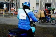 """胡志明,越南†""""2017年12月18日:Uber一摩托车等待的custumer的送货人在街道上,西贡 库存照片"""