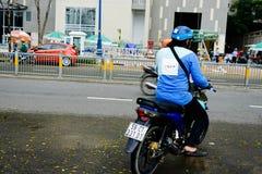 """胡志明,越南†""""2017年12月18日:Uber一摩托车等待的custumer的送货人在街道上,西贡 免版税库存照片"""