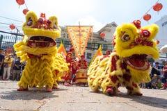 胡志明,越南- 2015年庆祝旧历新年的2月18日狮子跳舞在Thien Hau塔 库存照片