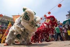 胡志明,越南- 2015年庆祝旧历新年的2月18日狮子跳舞在Thien Hau塔 图库摄影