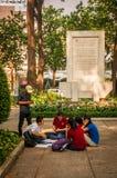 胡志明,越南- 2013年11月13日:小组学生学会与英国当地外国人讲英语在 免版税图库摄影