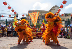 胡志明,越南- 2015年2月18日:庆祝旧历新年的狮子跳舞在Thien Hau塔 库存图片