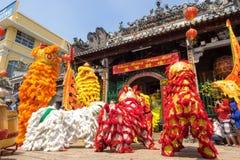 胡志明,越南- 2015年2月18日:庆祝旧历新年的狮子跳舞在Thien Hau塔 库存照片