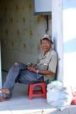 胡志明,越南- 2014年10月08日:无家可归者供以人员与他的大袋的休息事 免版税库存照片