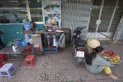 胡志明-街道裁缝 免版税库存照片