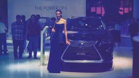 胡志明/越南, 2017年8月04日-秀丽在显示的模型和凌志RX 450h汽车在越南汽车展示会2017年 库存图片