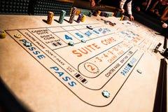 胡扯制表和赌博的人们所有  库存照片