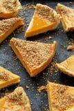 胡桃与核桃面包屑的南瓜馅饼 免版税图库摄影