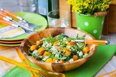 胡桃南瓜、芝麻菜、蒸丸子和希脂乳沙拉 库存照片