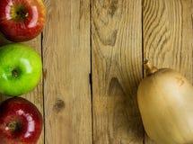 胡桃南瓜南瓜在被风化的木背景的成熟红色绿色苹果计算机 秋天秋天感恩收获拷贝空间 库存图片