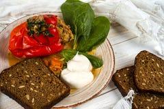 胡椒充塞用奎奴亚藜和核桃 豆黄瓜断送素食新鲜的油煎的骨髓的蕃茄 免版税库存照片