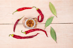 胡椒和月桂叶在木头 免版税库存照片