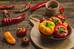 胡椒品种在木背景的 免版税库存图片