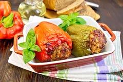 胡椒在棕色烘烤器的被充塞的肉 库存照片