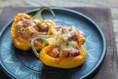 胡椒粉原料用香肠和无盐干酪顶部 库存图片