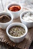 胡椒,牛至和烹调盐在碗 免版税库存图片