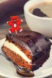 胡萝卜糕用咖啡和玩具熊采摘 免版税库存照片