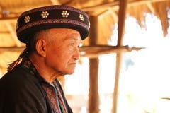 胡须半白的老人在chinge rai的Akha概念 库存照片
