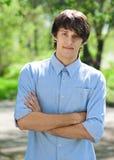 胳膊克服英俊的人年轻人 免版税库存图片