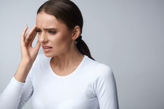 胳膊关心健康查出滞后 遭受顶头痛苦,头疼的美丽的妇女 免版税库存图片