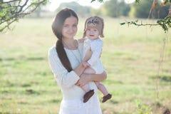 胳膊和母亲的婴孩 免版税库存照片