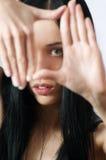 胳膊框架女孩摄影师生产纪录垂直 免版税库存照片