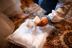 胳膊男孩采取新娘婚礼鞋子 免版税库存照片