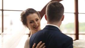 胳膊的新郎盘旋的新娘 股票视频