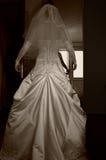 胳膊美丽的新娘下来穿戴 库存照片