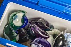 胶凝体在一个塑胶容器特写镜头的capsulesfor洗涤物 库存图片