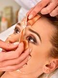 胶原面罩 面部皮肤治疗 接受化妆做法的妇女 库存图片