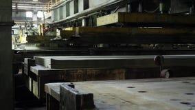 胶合板的生产的植物 按商店自动机器,木头折叠的层数在彼此的 股票录像