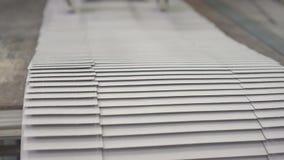 胶合聚乙烯薄膜到箱子 影视素材
